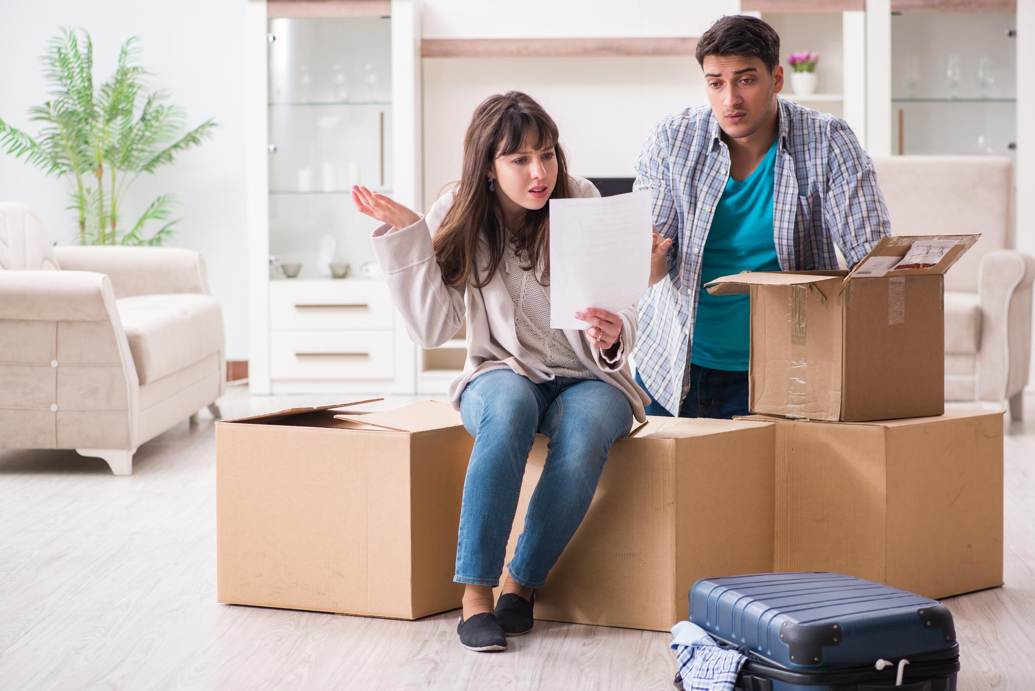 couple reading foreclosure in Utah notice